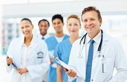 foto ilustrativa de um grupo de médicos em uma recepção de hospital