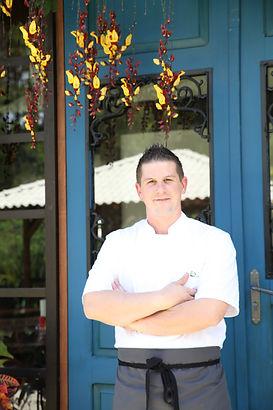 O Chef Duaine Clements, Chef de cozinha do Quinta dos Manacás Restaurante, em frente à porta que é a entrada principal do restaurante