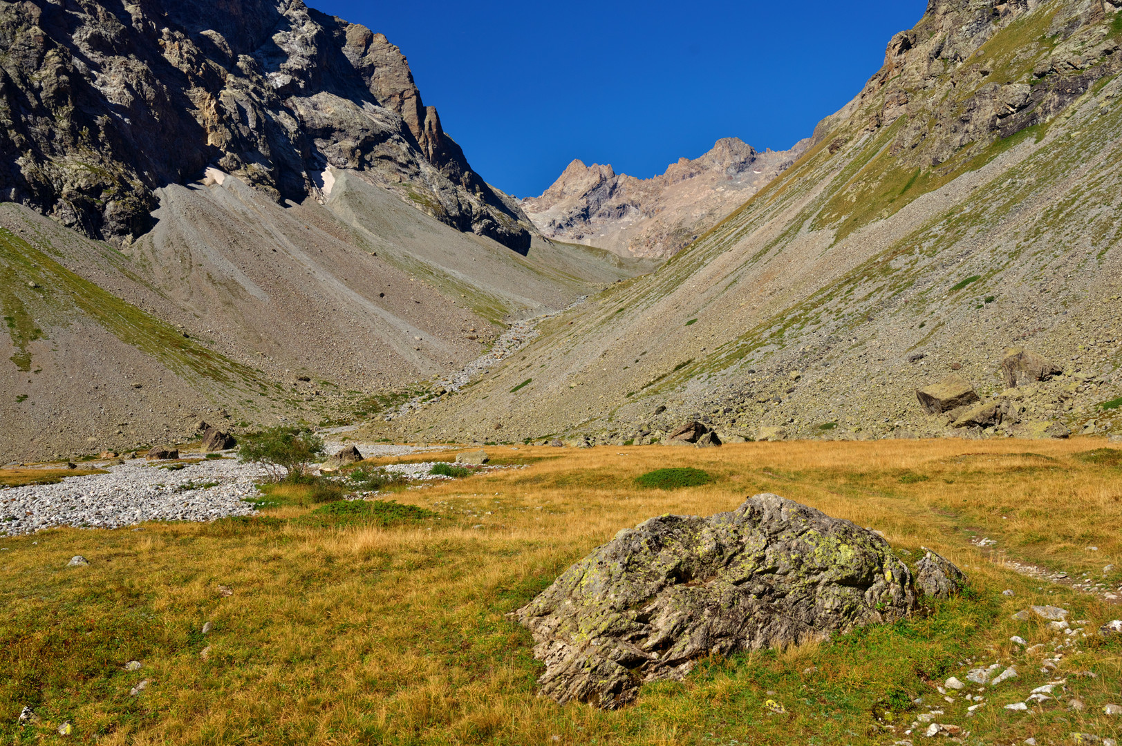 The trail to Cabane du Pave'