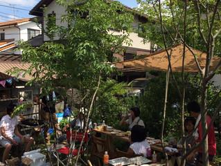 庭でバーベキューパーティー
