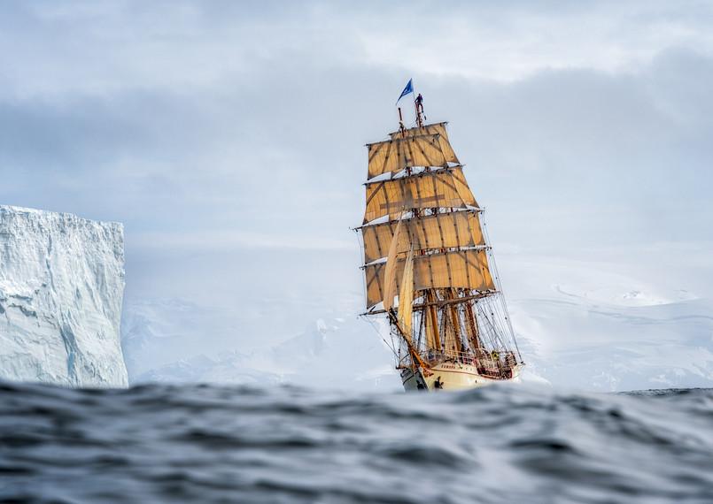 Europa under fall sail