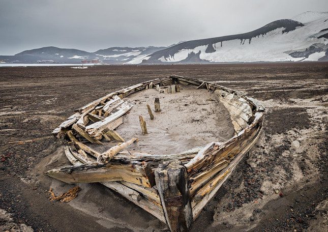 Derelict boat, Whalers Bay