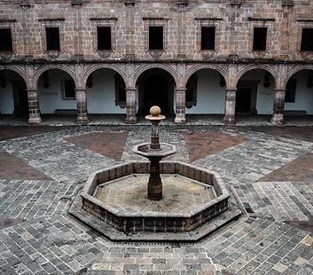 Patio Central de Palacio Clavijero a 15 minutos caminando de Hotel Romance.