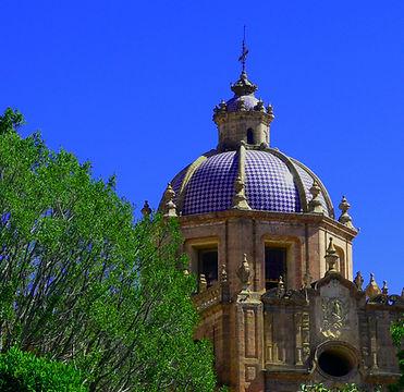 Cúpula de una Iglesia en Morelia. Hotel Romance está rodeado de iglesias.