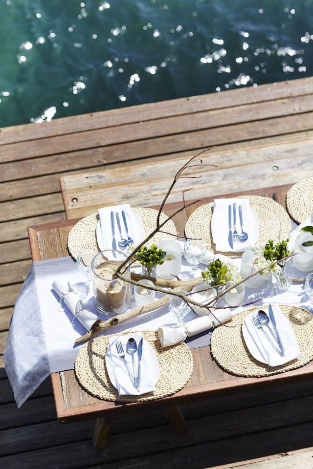 coastal Christmas table setting decor. Natural driftwood table setting for Australian Christmas