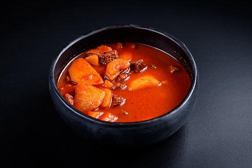 Gulaș Secuiesc din carne de vițel fiarta încet si cartofi