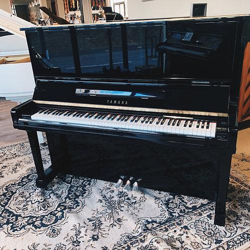 Piano Yamaha modèle U30 finition Noir Brillant vue de face