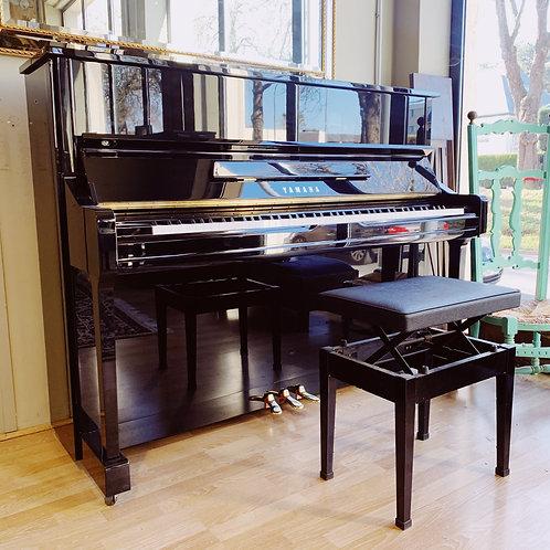 Piano d'occasion Yamaha modèle YU1 finition Noir brillant vue de face ouvert