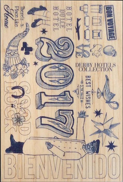Para este año los Derby Hotels escogieron regalar una postal de madera de balsa. La ilustración se desarrollo en base a ello, recreando el lenguaje de los dibujos hechos con boli por los niños en los pupitres de clase.