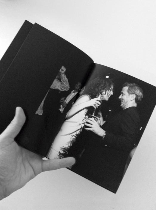 Para la imágenes interiores se procedió a seleccionar las fotos más espontáneas del enlace para darles después aspecto de foto robada añadiendoles ruido y alto contraste en blanco y negro.