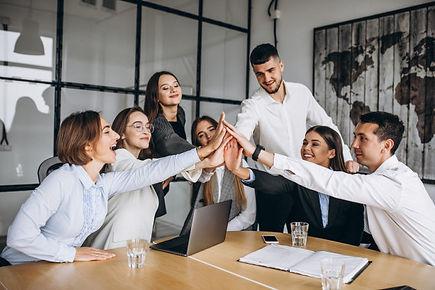 gruppo-di-persone-che-elaborano-business