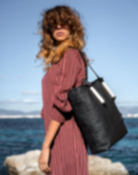 maravillas bags, pinatex tasche, schwarz, vegane Tasche, nachhaltig und fair, Meer, Frau, rotes Kleid, Mallorca Spanien, plastikfrei, umweltfreundlich, alternative zu Leder