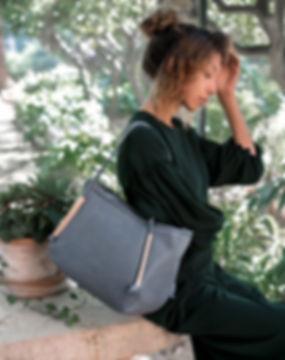 maravillas bags, pflanzlich gegerbte Ledertashen aus Spanien, nachhaltig und fair produziert, oekoleder, blaue Tasche, Frau, gruenes Kleid, im Garten, Natur, mediterran, Mallorca