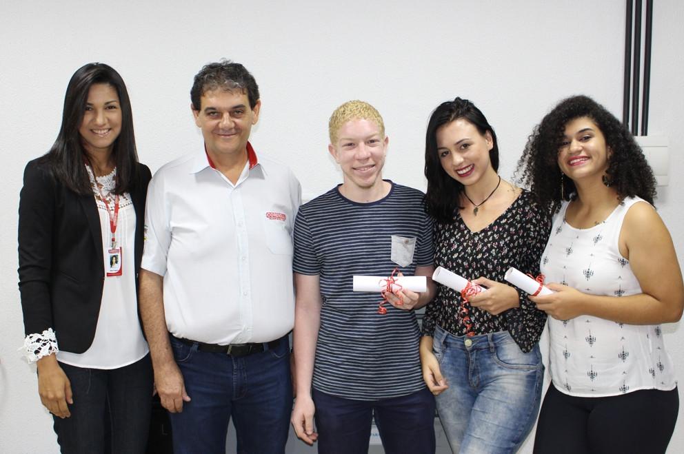 Rosi Fregona, gerente Administrativo, Roberto Cordiolli, diretor, Alex, Elisângela e Amanda, aprendizes graduados
