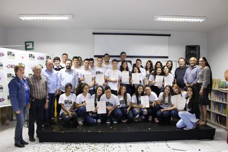 Jovens aprendizes recebem certificado