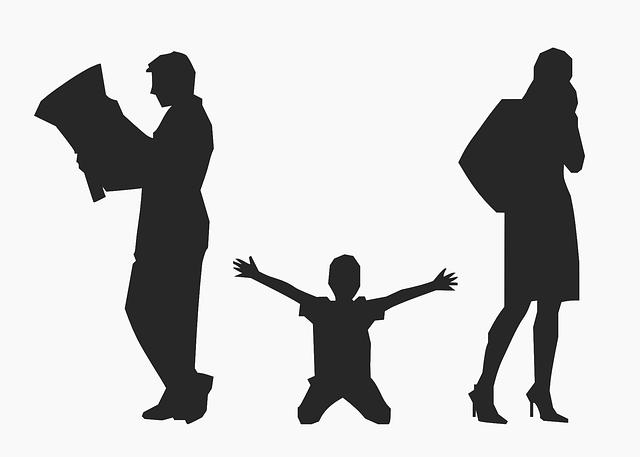 Un enfant qui est entre ses parents tend les mains vers eux
