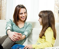 Une mère regarde sa fille en souriant