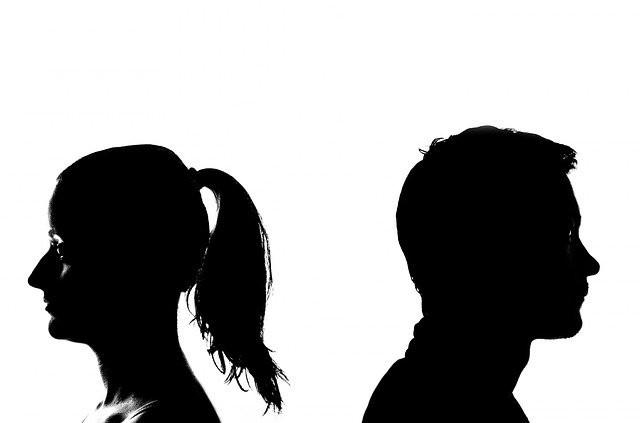 Une femme et un homme dos à dos qui se séparent