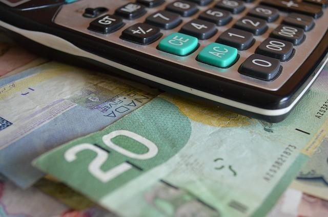 Une calculatrice ainsi que de l'argent