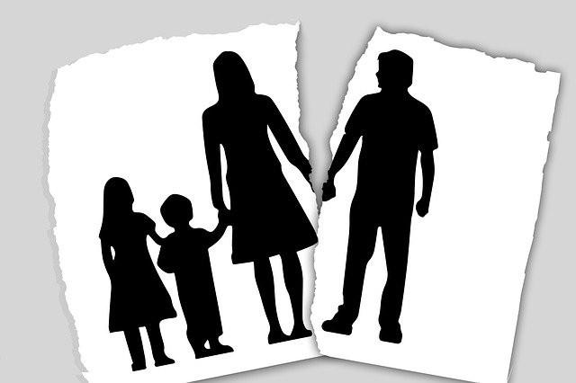 Une illustration déchirée en deux montrant d'un côté une mère avec ses enfants et de l'autre le père