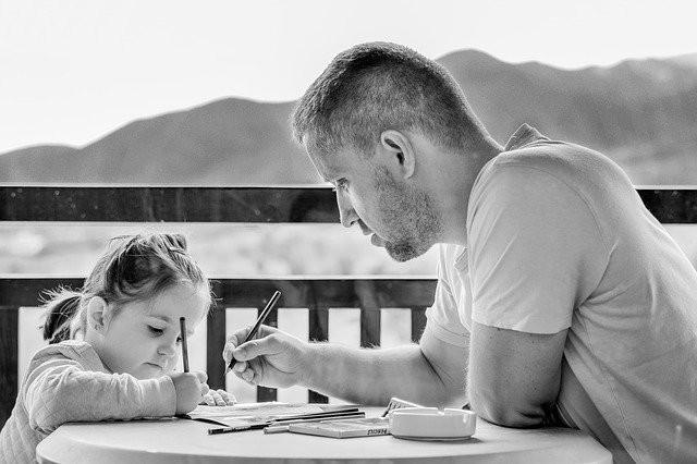 Père avec sa jeune fille en train de dessiner