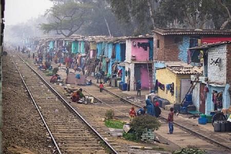 सुप्रीम कोर्ट का दिल्ली में रेलवे ट्रेक से लगी 48 हजार झुग्गी-झोपड़ियों को हटाने का आदेश