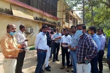 निजीकरण प्रस्ताव वापसी पर बिजली अधिकारियों-कर्मचारियों में खुशी, मिठाई बांटी