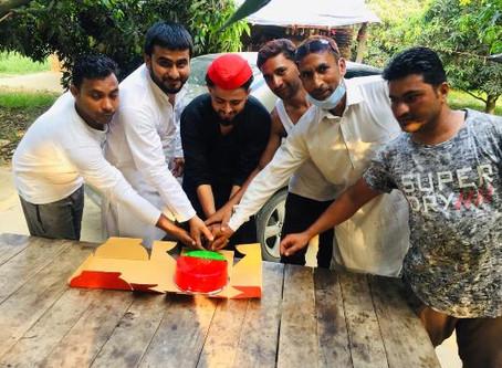 सपा नेता समीर खान के नेतृत्व में धूमधाम से केक काटकर पूर्व सीएम अखिलेश यादव का जन्मदिन मनाया