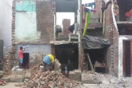 प्रशासनिक नोटिस के बाद मकान-दुकान तोड़ने का काम तेज, जालंधरी सराय से यातायात बंद