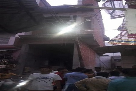 अलापुर में तीसरी मंजिल से गिरा लोहे का जाल, गली में भीड़ नहीं थी वरना हो जाता बड़ा हादसा