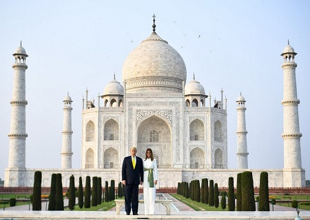 पत्नी के साथ डॉनल्ड ट्रंप ने किया ताज का दीदार, खिंचवाई तस्वीरें बोले, वाह ताज