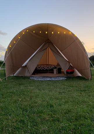 Bell tent close up avond.JPG