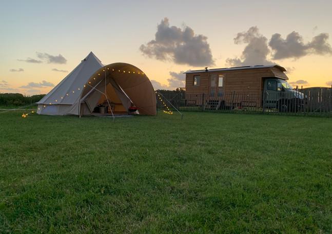 Brell tent avond en tiny house.JPG