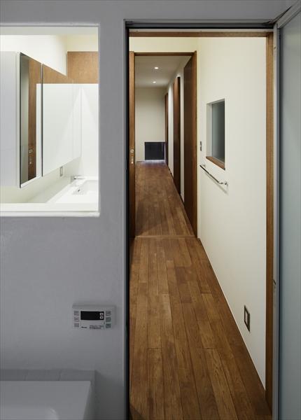 11127021_逗子の住宅_浴室より廊下を見る.jpg