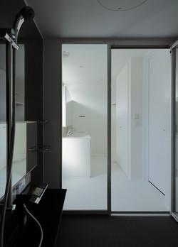13133027_三田の住宅_住戸B_3階_浴室より洗面室を見る.jpg