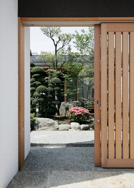 10211007_葛飾の住宅_入口より中庭を見る.jpg