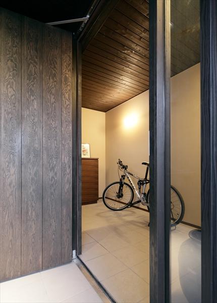 10211041_葛飾の住宅_ポーチより玄関2を見る.jpg