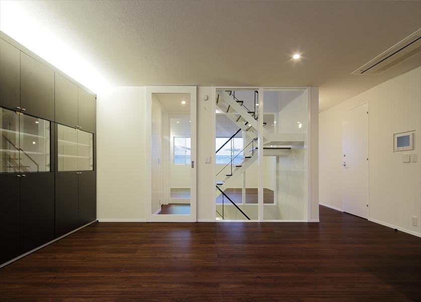 13133016_三田の住宅_住戸B_2階_DKより階段を見る(夕景).jpg