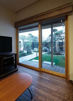 10211031_葛飾の住宅_LDK2より中庭を見る.jpg