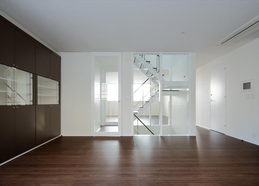 13133015_三田の住宅_住戸B_2階_DKより階段を見る.jpg