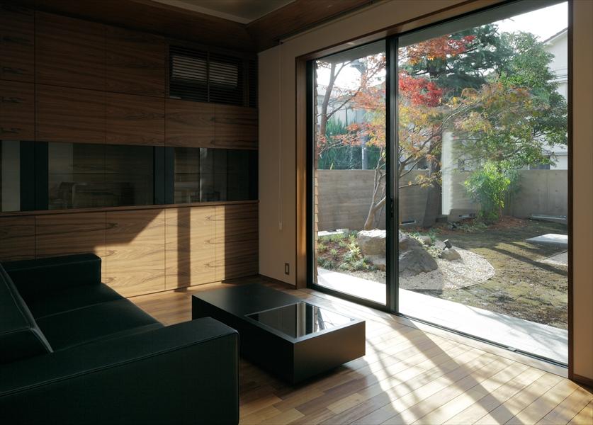 10205032_若松町の住宅_応接室より中庭を見る.jpg
