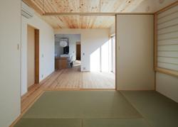 12211022_奥村邸_和室よりリビングを見る.jpg
