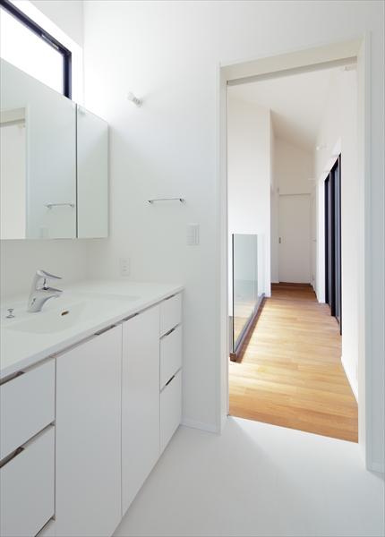13133029_中町の住宅_3階_洗面室より廊下を見る.jpg
