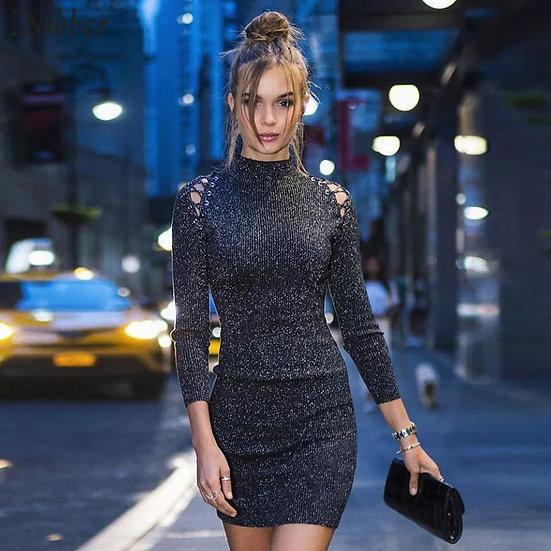 Cyberpunk kjole med kryss-stropper på skuldrene