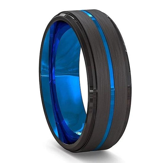 Svart ring med blå innside og midtlinje i rustfritt stål