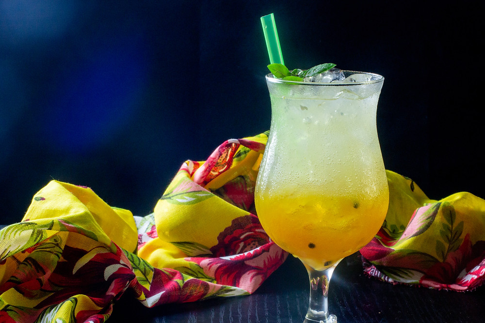 Maracujá, manga e banana - frutas tropicais que se mesclam num drink refrescante