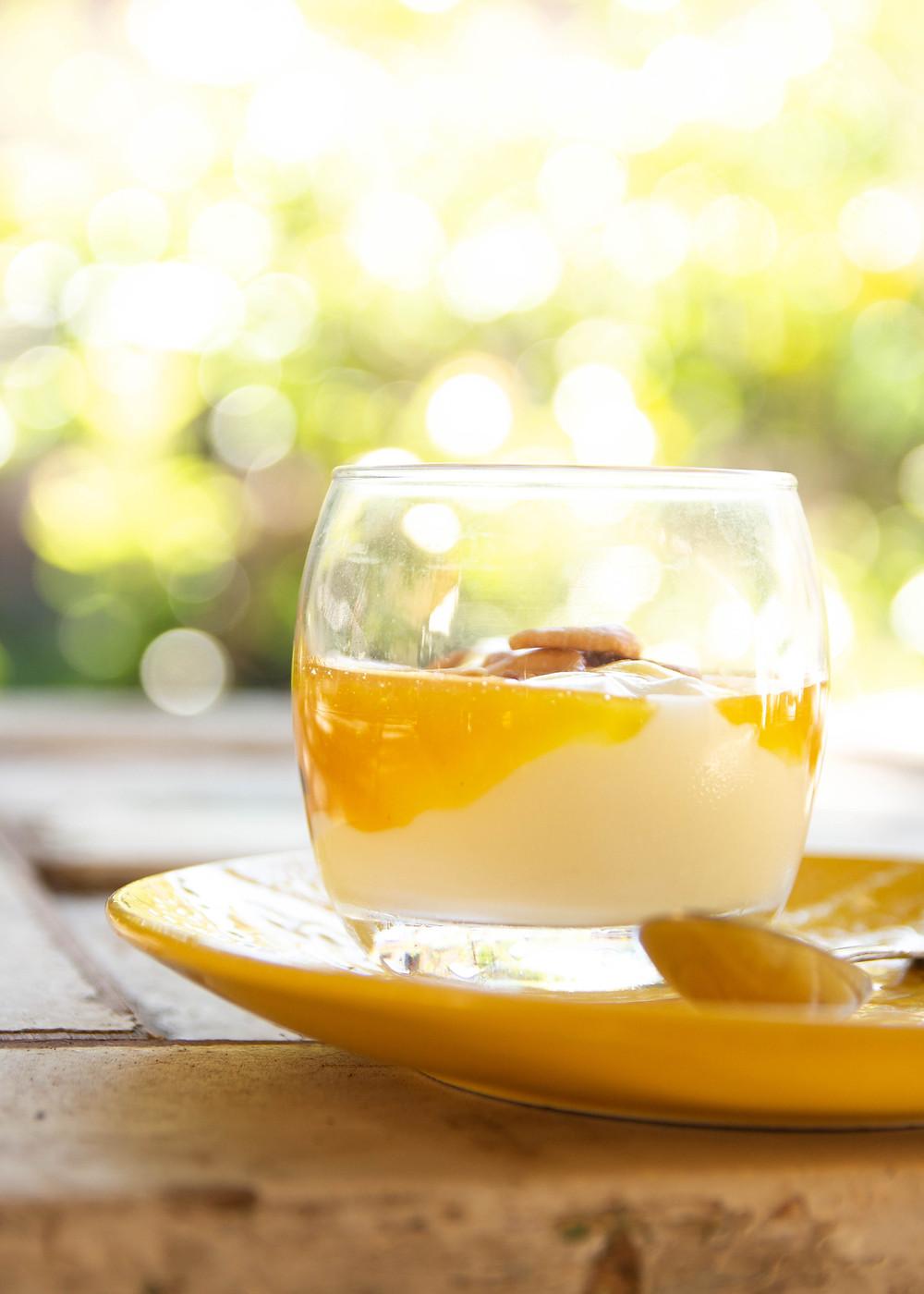 Iogurte natural com geleia de frutas amarelas e castanha de caju. Saúde e sabor no café-da-manhã