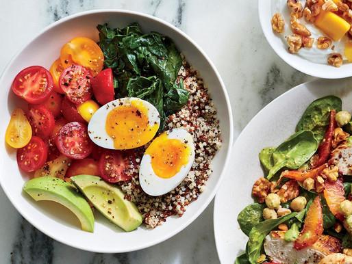 Bol de petit-déjeuner en quinoa avec œuf de 6 minutes