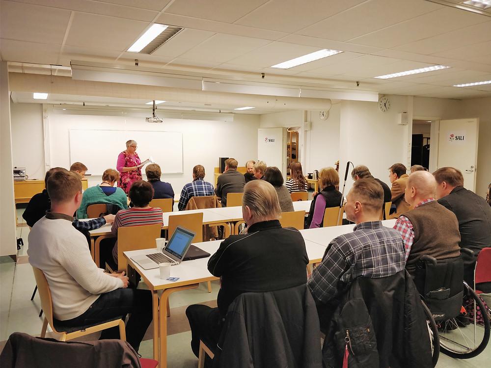 Vammaiset henkilöt kertoivat huolistaan ja toiveistaan kuljetuspalvelujen suhteen Vantaan Näkövammaiset ry:n järjestämässä kuulemistilaisuudessa.