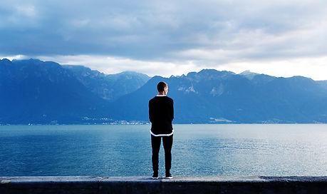 Hombre que mira hacia fuera a las montañ